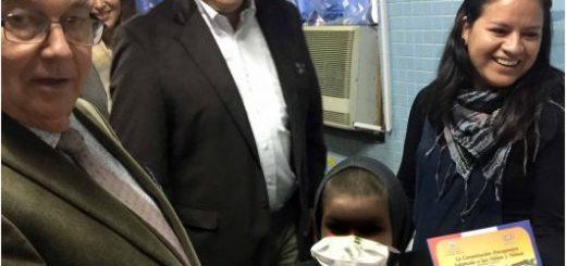 MINISTRO ENTREGA CONSTITUCION ADAPTADA A NIÑOS